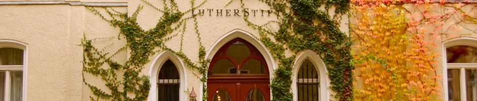 Der frühere Haupteingang des Lutherstifts vermittelt auch heute noch Gemütlichkeit und läßt die langjährige Tradition erahnen.